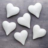 Corações vermelhos o fundo cinzento Fundo do dia do Valentim Fotografia de Stock Royalty Free