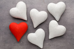 Corações vermelhos o fundo cinzento Fundo do dia do Valentim Imagem de Stock
