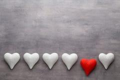 Corações vermelhos o fundo cinzento Fundo do dia do Valentim Foto de Stock