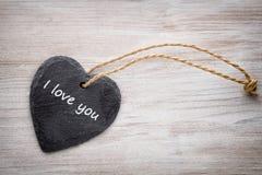 Corações vermelhos o fundo cinzento Fundo do dia do Valentim Imagens de Stock