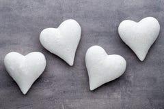 Corações vermelhos o fundo cinzento Fundo do dia do Valentim Fotografia de Stock