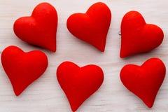 Corações vermelhos o fundo cinzento Fundo do dia do Valentim Imagens de Stock Royalty Free