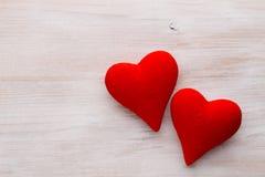Corações vermelhos o fundo cinzento Fundo do dia do Valentim Foto de Stock Royalty Free