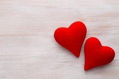 Corações vermelhos o fundo cinzento Fundo do dia do Valentim Imagem de Stock Royalty Free
