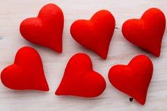 Corações vermelhos o fundo cinzento Fundo do dia do Valentim Fotos de Stock Royalty Free