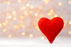 Corações vermelhos o fundo do bokeh Fundo do dia do Valentim Fotos de Stock