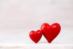 Corações vermelhos o fundo do bokeh Fundo do dia do Valentim Fotografia de Stock