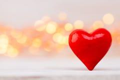 Corações vermelhos o fundo do bokeh Fundo do dia do Valentim Fotos de Stock Royalty Free