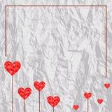 Corações vermelhos poligonais no fundo de papel amarrotado Ilustração do vetor ilustração royalty free