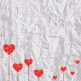Corações vermelhos poligonais no fundo de papel amarrotado Ilustração do vetor ilustração stock