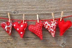 Corações vermelhos que penduram na linha Imagem de Stock Royalty Free