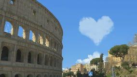 Cora??o bonito das nuvens sobre o Colosseum filme