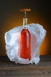 Cora a vida da garrafa de vinho ainda Imagens de Stock Royalty Free