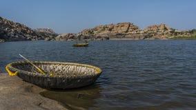 Coracle fährt auf die indischen Flüsse lizenzfreie stockfotografie