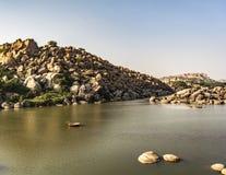 Coracle fährt auf die indischen Flüsse stockfoto