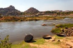 Coracleboten in Tungabhadra-Rivier, Hampi-ruïnes, India Stock Foto's