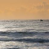 Coracles de pêche sur la mer, bateaux tribals au village de pêche Image libre de droits