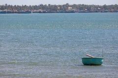 Coracles nautici in mare, barche tribali di pesca Fotografia Stock