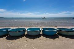 Coracles nautiques de pêche, bateaux tribals au village de pêche Images stock