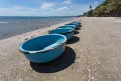 Coracles nautiques de pêche, bateaux tribals au village de pêche Photos libres de droits