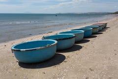 Coracles nautiques de pêche, bateaux tribals au village de pêche Photographie stock