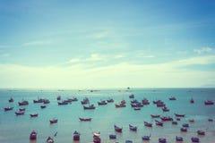 Coracles nautiques de pêche en mer, bateaux tribals Photographie stock