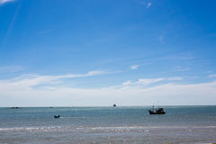 Coracles nautiques de pêche en mer, bateaux tribals Images stock