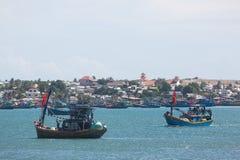 Coracles nautiques de pêche sur la mer, bateaux tribals à la pêche Image libre de droits
