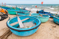 Coracles vietnamiens de pêche sur la plage, bateaux tribals à la pêche vi Image libre de droits
