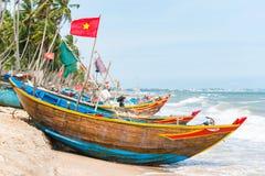 Coracles vietnamiens de pêche sur la plage, bateaux tribals à la pêche vi Images stock