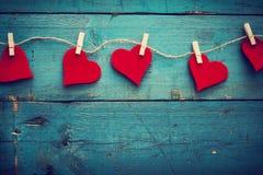 Corações do dia de Valentim no fundo de madeira Fotografia de Stock Royalty Free