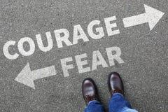 A coragem e o medo arriscam o homem de negócio forte da força futura da segurança imagens de stock