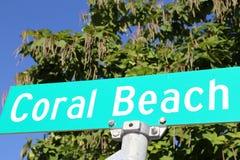Coral Beach Resort-Straßenschild Lizenzfreie Stockbilder