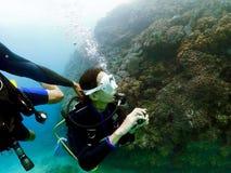 Coral do recife de Okinawa do mergulho autônomo Fotografia de Stock Royalty Free