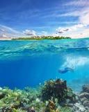 Corales que bucean y de exploraciones de la mujer joven Fotos de archivo