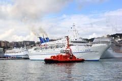 Corallo della nave da crociera nel porto di Genova, Italia Immagine Stock