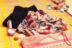 Corallo femminile d'avanguardia ed attrezzatura nera flatlay Estate, spiaggia, bellezza o concetto del blog di modo immagini stock