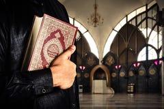 Coran avec l'homme de musulmans Fond de mosquée Coran - livre sacré des musulmans Photographie stock libre de droits