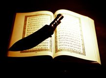 Coran avec un couteau, symboles de l'amour et guerre Photos libres de droits