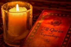 Coran saint sous la lueur d'une bougie Photo stock