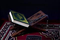 Corano e rosario immagini stock