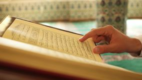 Corano musulmano della lettura dell'uomo archivi video