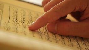 Corano musulmano della lettura dell'uomo video d archivio