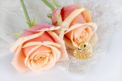 Coração dourado no laço Foto de Stock Royalty Free