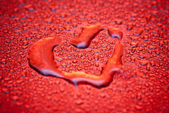 Coração vermelho em gotas da água Fotos de Stock