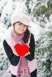 Corazón adolescente de la muchacha en sus manos Fotografía de archivo