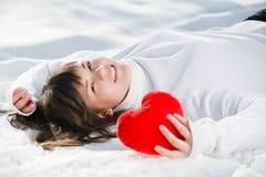 Corazón adolescente de la muchacha en sus manos Imagen de archivo libre de regalías