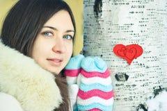 Corazón adolescente de la muchacha en sus manos Foto de archivo