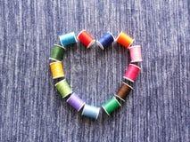 Corazón, alineado con las bobinas del hilo fotografía de archivo libre de regalías