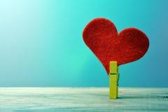 Corazón atado a la pinza fotografía de archivo libre de regalías